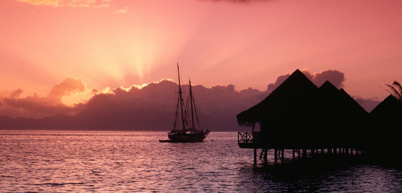 Tahiti_yacht_charters_sailing